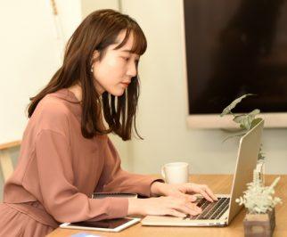 固定資産税評価額を調べている女性
