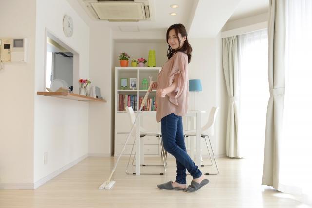掃除する女性 クラベスト
