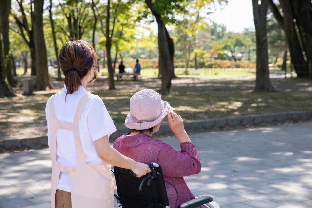 患者と散歩する看護師
