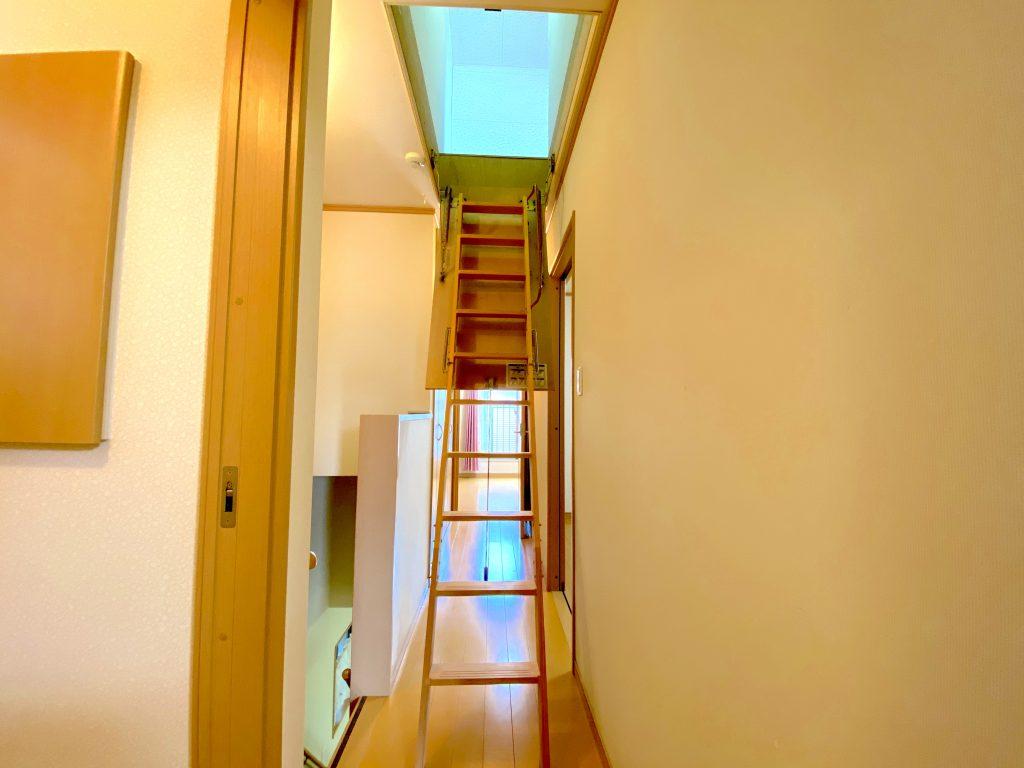 屋根裏部屋へ続く階段
