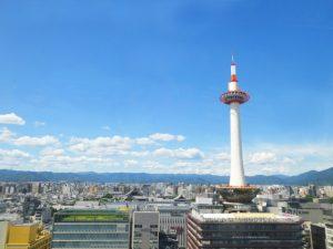 京都タワーと青空